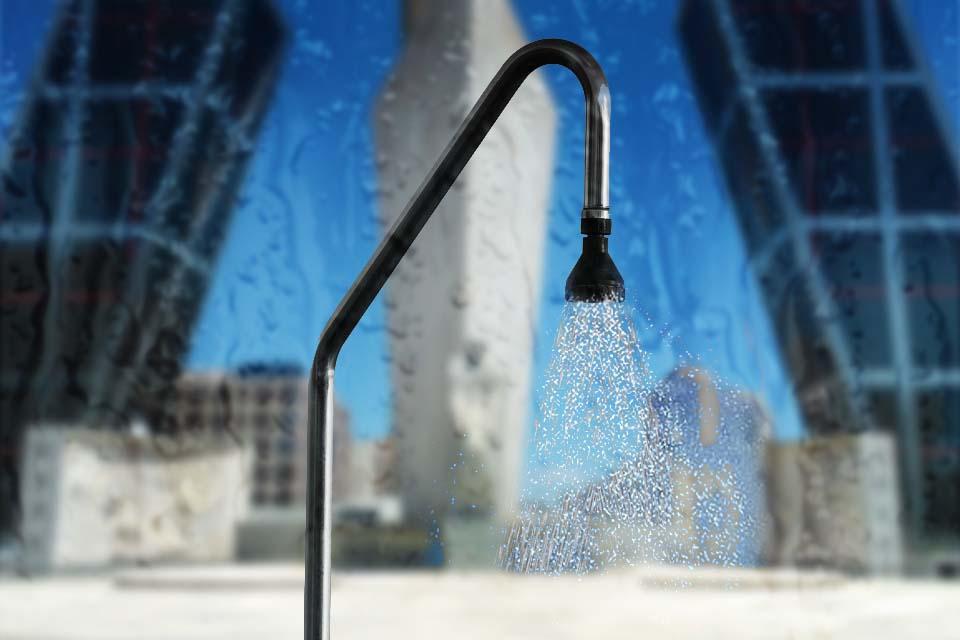 Una ducha en la calle con nuestras azafatas