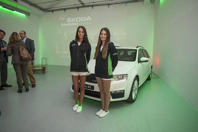 Azafata y promotoras para vender autos